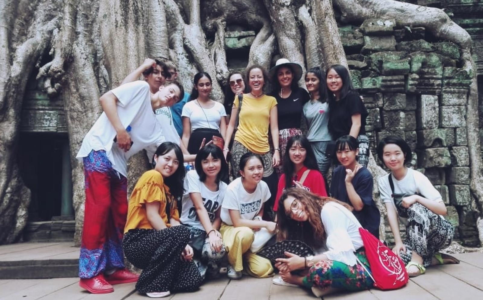 カンボジアで週末の観光旅行を楽しむ高校生ボランティア石川柚葉さんと仲間たち